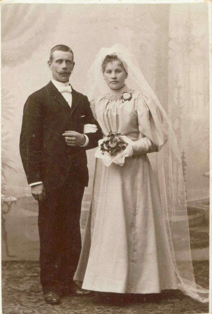 This image has an empty alt attribute; its file name is picwedding1896.jpg